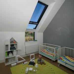 Farba tablicowa jest też niezbędnym elementem w pokoju dzieci. Projekt: Ola Wołczyk. Fot. Hanna Długosz