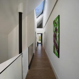 Strefa komunikacji na piętrze ograniczona została do niezbędnego minimum. Projekt: Ola Wołczyk. Fot. Hanna Długosz