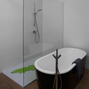 Szklana kabina i wolnostojąca wanna to centralne punkty łazienki na piętrze. Projekt: Ola Wołczyk. Fot. Hanna Długosz