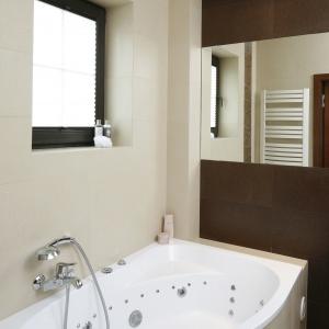 W łazience znajuje się wygodna, narożna wanna z masażem. Projekt: Kinga Śliwa. Fot. Bartosz Jarosz