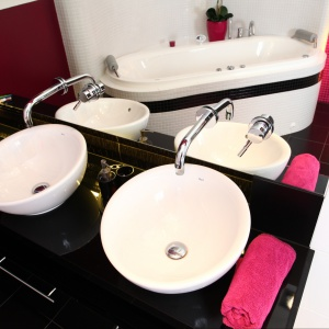 Aranżacja łazienki: pomysł na umywalkę. Projekt: Anna Kuk-Dutka. Fot. Tomasz Augustyn