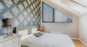 Ustawienie mebli, odpowiednie światło i kilka trików, które optycznie powiększą przestrzeń. Poznaj sprytne sposoby na urządzenie niewielkiej sypialni.