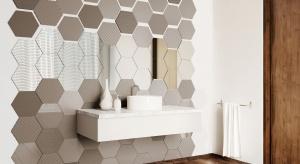 Ciekawa alternatywą dla ściennych płytek ceramicznych może być szkło ornamentowe w niezwykle modnym formacie sześciokątów.
