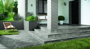 Po urządzeniu wnętrza domu pozostaje nam ważny problem do rozwiązania na zewnątrz: wykończenie powierzchni na tarasie lub balkonie. Podpowiadamy, w jaki sposób wykończyć powierzchnie płaskie na zewnątrz domu lub mieszkania.