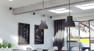 """Co często łączy PRL-owski dom typu """"kostka"""" i nowoczesne budownictwo mieszkaniowe? Dach płaski – konstrukcja specyficzna, wymagająca dobrania właściwych materiałów i rozwiązań."""