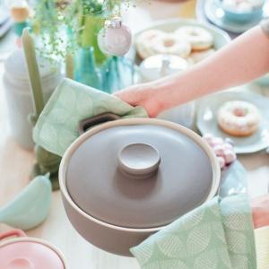 Pastelowe naczynia do pieczenia i gotowania. Fot. Duka