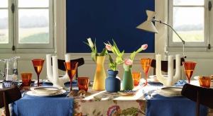 Kwiatowe wzory w energicznych kolorach i nieoczekiwnych połączeniach to klucz do stworzenia nowoczesnej aranżacji w stylu romantycznym