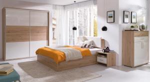 Klasyczna, minimalistyczna czy ocieplona dekorami drewna? Białą sypialnię możemy urządzić w każdej stylistyce.