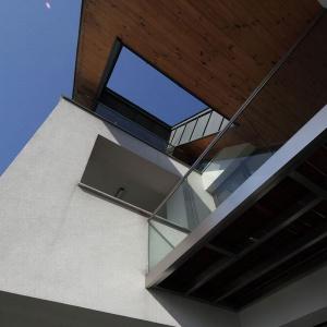 """Atrakcyjność tego projektu polega na rozczłonkowaniu i """"ponacinaniu"""" tej smukłej bryły tak, by do jej wnętrza dostawało się jak najwięcej światła. Projekt: arch. Tadeusz Lemański. Fot. Tomasz Zakrzewski"""