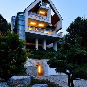 Konstrukcja domu opiera się na 4 słupach. Projekt: arch. Tadeusz Lemański. Fot. Tomasz Zakrzewski