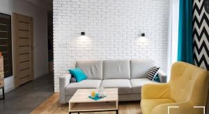 Nowoczesne, komfortowe mieszkanie zostało urządzone w białych i brązowych barwach, przełamane słonecznymi kolorami.