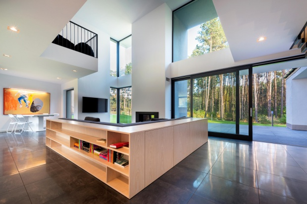 Duże przeszklenia, minimalistyczny design, szarości i jasne kolory naturalnego drewna <br />to kluczowe trendy, które dominują w nowoczesnych oknach. Obok wyszukanej stylistyki liczy się także energooszczędność i wysoka jakość materiałó