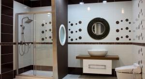 Duża, nowoczesna, kwadratowa lub prostokątna deszczownia to nie tylko sposób na doskonały relaks, ale też modny detal, który wzbogaci łazienkową aranżację.