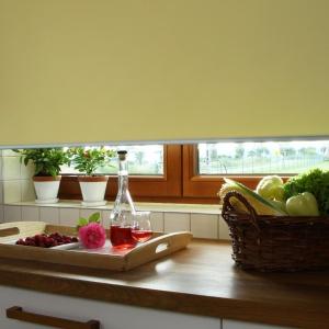 Wiosenna aranżacja okna. Żółta roleta. Fot. Franc Gardiner