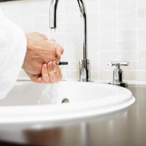 Oszczędzanie wody w łazience. Fot. Fotochanell