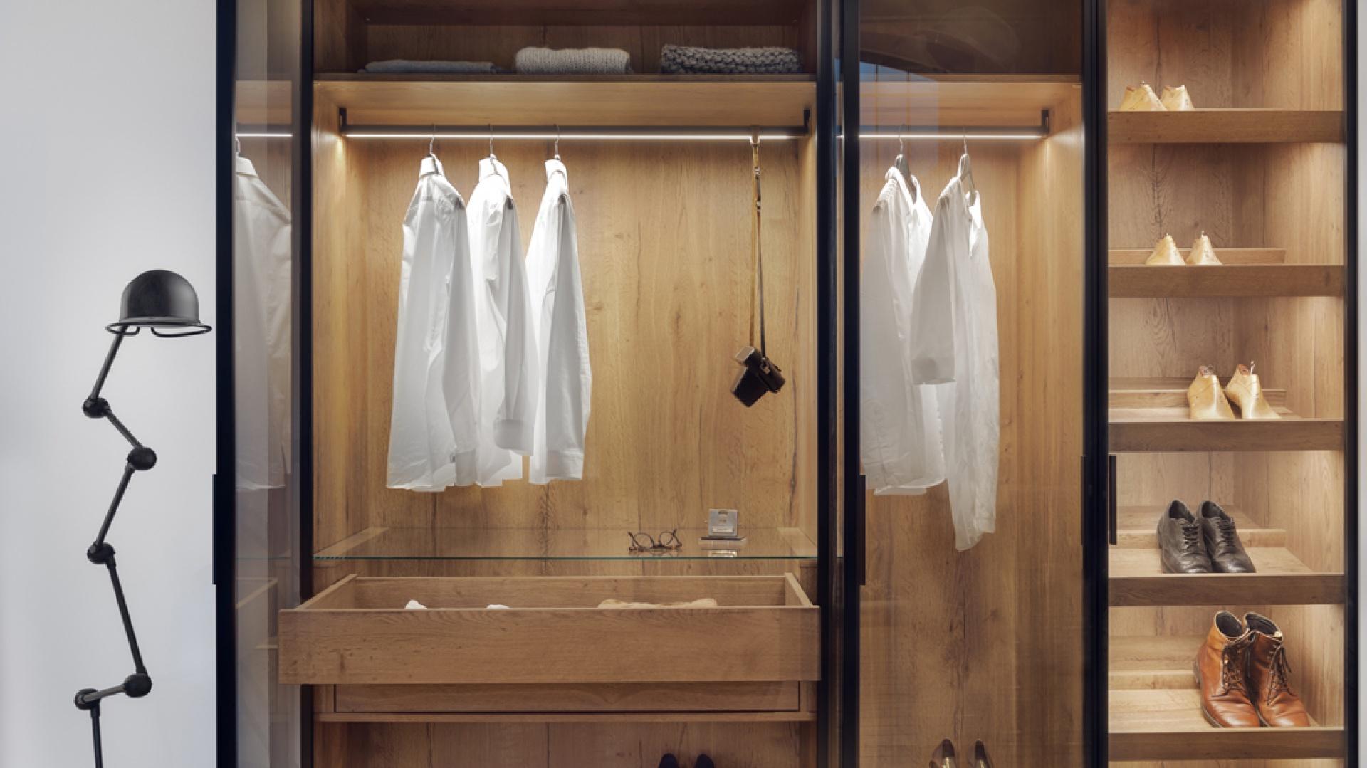 Aranżacja garderoby: nowoczesne drzwi. Fot. Raumplus