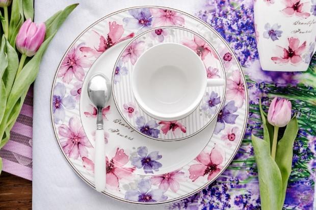 Wiosna w domu: kwiatowe printy budzą z zimowego snu