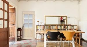 Drzwi oprócz spełniania swoich podstawowych funkcji użytkowych doskonale ozdabiają wnętrza naszych domów. Przy ich wyborze warto zatem kierować się także względami estetycznymi, zwracając uwagę na wystrój salonu, jadalni czy sypialni.