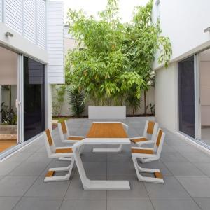 Dzięki możliwości stosowania we wnętrzach i na zewnątrz beton architektoniczny świetnie sprawdzi się w zacieraniu granicy pomiędzy salonem i tarasem. Na zdjęciu: płyta Slim, kolekcja Gravity (projekt Jakub Sojka), Donica Regular, Modern Line