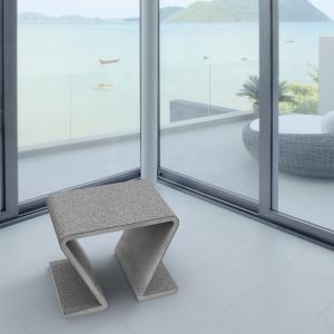 Surowość betonu architektonicznego łagodzona bywa przez smukłe i zaokrąglone kształty mebli. Na zdjęciu: stołek Focus, Modern Line
