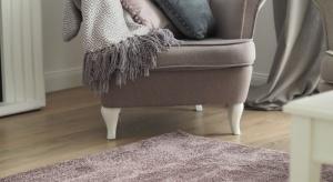 Jak odmienić salon na wiosnę? Najlepiej pastelowymi dodatkami! Dywan i poduszki w odcieniach turkusu czy wrzosowego różu wprowadzą do wnętrza radosną atmosferę.