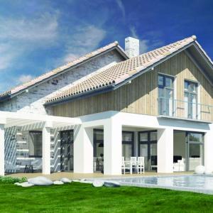 Prosta konstrukcja budynku z dwuspadowymi dachami, zorganizowana przestrzeń wokół domu i zastosowanie naturalnych materiałów do wykończenia elewacji i tarasu to ogromne atuty tego projektu. Projekt: N8. Fot. S&O Projekty Sylwii Strzeleckiej
