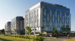Lekka zabudowa o niskiej intensywności, dogodny dojazd oraz komfortowe wnętrza to walory nowego kompleksu biurowego Astrum Business Park w Warszawie. Odpowiednio dobrane przeszklenia marki Pilkington zapewniają dogodne warunki do pracy, przyczyniając