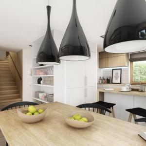 Całość uzupełniają wyraziste czarne lampy o nowoczesnym designie. Dom Aria. Projekt: Marcin Abramowicz, Jagoda Gruca. Fot. Dobre Domy