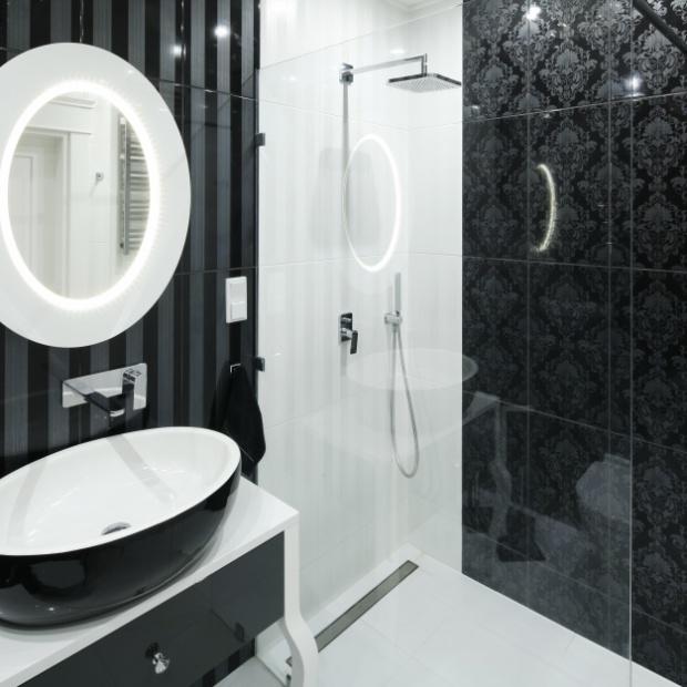 Łazienka w stylu glamour: zobacz czarno-białą aranżację