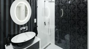 Niewielka łazienka w czerni i bieli zaskakuje elegancją. W niezwykle ujmujący sposób łączy czarujący klimat lat 20. ub.w. z komfortem typowym dla nowoczesnych wnętrz.