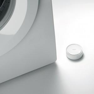 Czujnik wody GROHE Sense monitoruje poziom wilgotności, wykrywa przecieki i wysyła powiadomienia w wypadku wystąpienia problemu. Fot. Grohe
