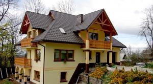 Wszechstronne, zróżnicowane pod kątem wyglądu, szybkie w montażu oraz odporne na uszkodzenia – takie właśnie są dachy wykonane z blachodachówki.