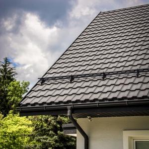 Do głównych atutów stali należy przede wszystkim solidna budowa. To właśnie dzięki niej dach zyskuje wieloletnią trwałość oraz może z powodzeniem opierać się działaniu zróżnicowanych czynników zewnętrznych, takich jak wiatr, woda, promienie UV, uszkodzenia mechaniczne. Fot. Blachotrapez