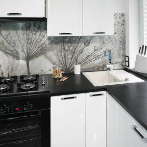 Aranżacja kuchni: strefa zmywania pod oknem. Projekt: Marta Kilan. Fot. Bartosz Jarosz