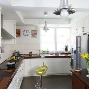 Aranżacja kuchni: strefa zmywania pod oknem. Projekt: Magdalena Misaczek. Fot. Bartosz Jarosz