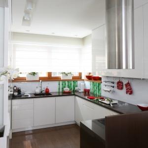 Aranżacja kuchni: strefa zmywania pod oknem. Projekt: Katarzyna Mikulska-Sękalska. Fot. Bartosz Jarosz