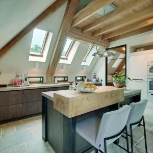 Aranżacja kuchni: strefa zmywania pod oknem. Fot. Fakro
