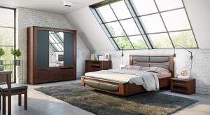 Sypialnia na poddaszu ma wiele zalet – przede wszystkim oddziela nas od toczących się do późnych godzin nocnych rozmów i odgłosów codzienności, a także pozwala na regenerujący sen przy dochodzących zza okna dźwiękach natury.