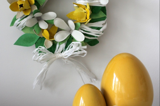 Wielkanocny wieniec z recyklingu: zrób go sam!