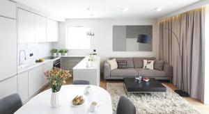 Salon z kuchnią i jadalnia to doskonały sposób na aranżację kawalerki czy małego mieszkania. Mimo niewielkich rozmiarów oraz ograniczonej ilości światła dziennego, mieszkanie tego rodzaju może zachwycać klimatem.