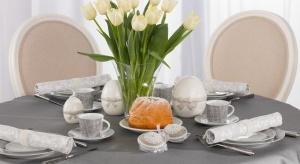 Wielkanocny stół, przy którym już za kilka dni zasiądą najbliższe osoby, wymaga odpowiedniego przygotowania. Ważne są nie tylko potrawy, które będziemy na nim serwować, ale także dekoracje i znajdujące się na nim dodatki.