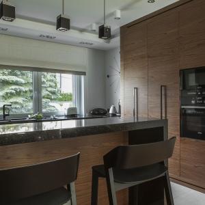 Modna kuchnia: AGD w czarnym kolorze. Projekt: Mafgroup. Fot. Emi Karpowicz