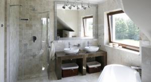 Jeżeli dysponujemy wystarczającym metrażem, warto pokusić się o aranżację strefy umywalki dla dwojga. Takie rozwiązanie aranżacyjne usprawni poranną i wieczorną toaletę, a przy tym będzie się efektownie prezentowało w przestrzeni łazienki.