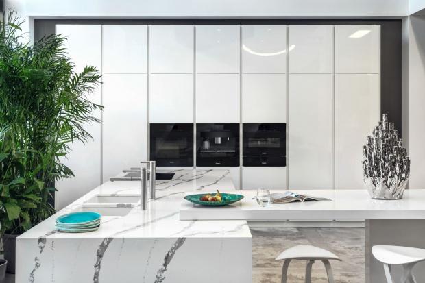 Nowoczesna kuchnia: biały marmur jest na topie