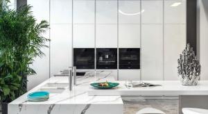 Czysta architektoniczna forma kuchni Z1 jest doskonałą bazą dla wyszukanych materiałów wykończeniowych. Wyrazisty blat odwzorowujący rysunek kamienia ciekawie przełamuje minimalistyczny charakter mebli.