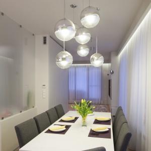 Właściwa, reprezentacyjna duża jadalnia została urządzona w sąsiedztwie kuchni. Projekt: Katarzyna Uszok, Natalia Krzymińska. Fot. Bartosz Jarosz.
