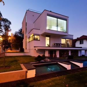 Podczas nocnej iluminacji domu możemy także w pełni docenić bryłę budynku o jej regularnych, ale nietypowych kształtach. Fot. Tomasz Zakrzewski