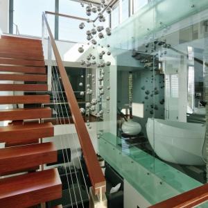 Jednym z najbardziej przyciągających uwagę elementów tego domu jest klatka schodowa.  Fot. Tomasz Zakrzewski