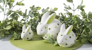Wielkanoc będziemy w tym roku celebrować w prawdziwie wiosennej aurze. Przygotowując świąteczne dekoracje warto zainspirować się zarówno naturą, jak i propozycjami ozdób z wielkanocnych kolekcji.