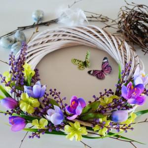 Krok 5 - Dekoracja z kwiatów ułożonych w dwóch kierunkach jest już gotowa. Teraz kolej na przymocowanie gniazdka wraz z motylami.